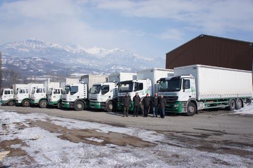 La nostra flotta di camion con il team dei nostri responsabili delle consegne