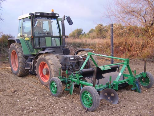 Mechanical laying of the plastic film with the tractor and the unrolling machine